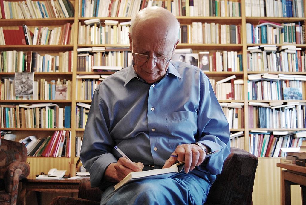 Emilio LLedó, en su casa de Madrid, firmando para