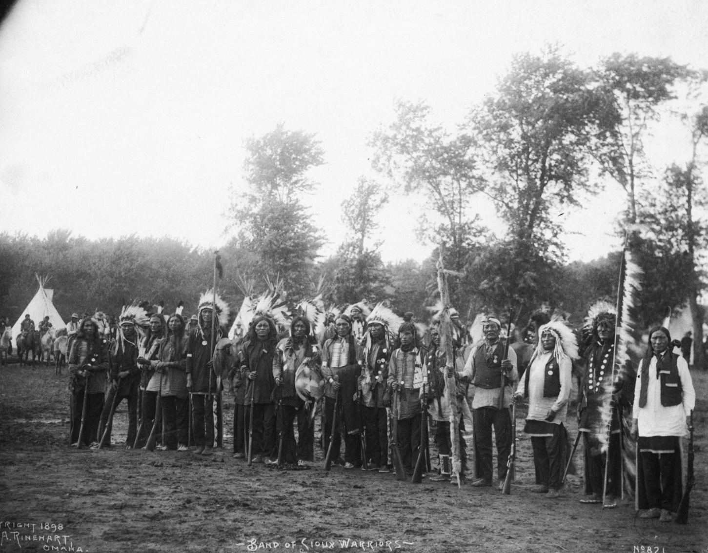 Grupo de guerreros Sioux - Fotografía: Rinehart, F. A. (Frank A.). Dakota Indians; Trans-Mississippi and International Exposition (1898 Omaha, Neb.)