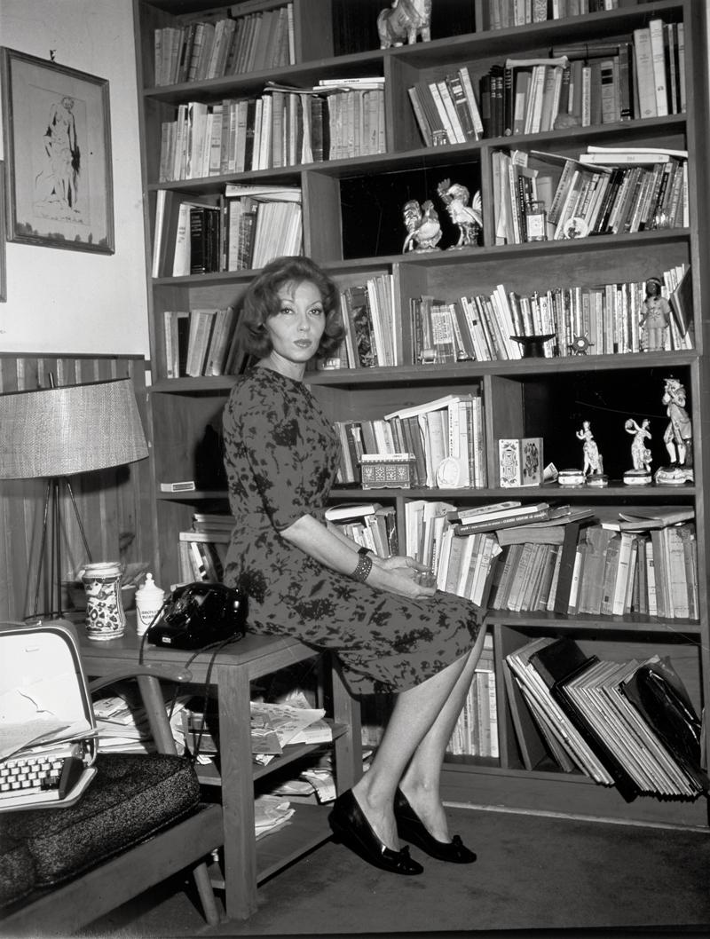 Clarice Lispector en su biblioteca. Fotografía suministrada por la editorial.