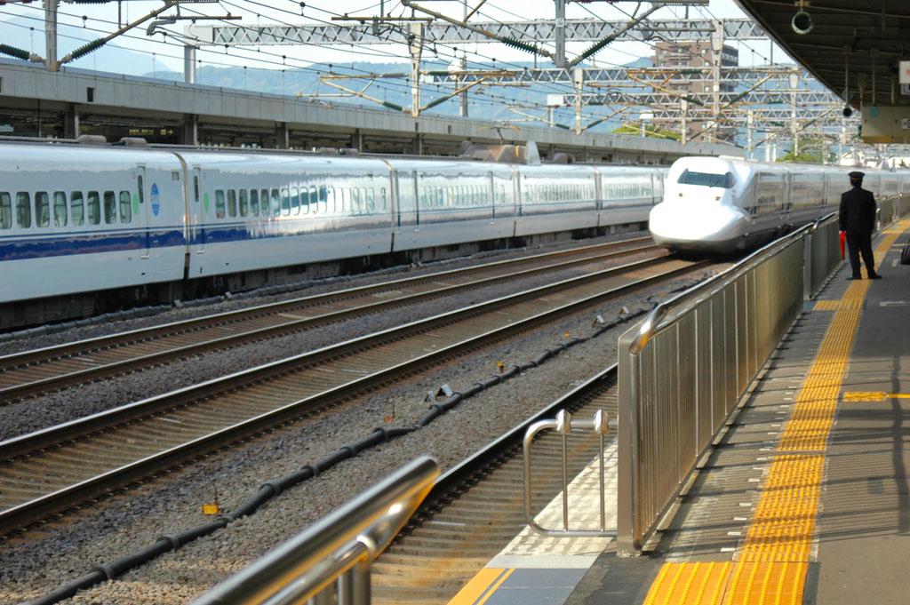 """El Tren """"Bala"""" pasa por la Estación. Japón. Nacho Goberna © 2004"""