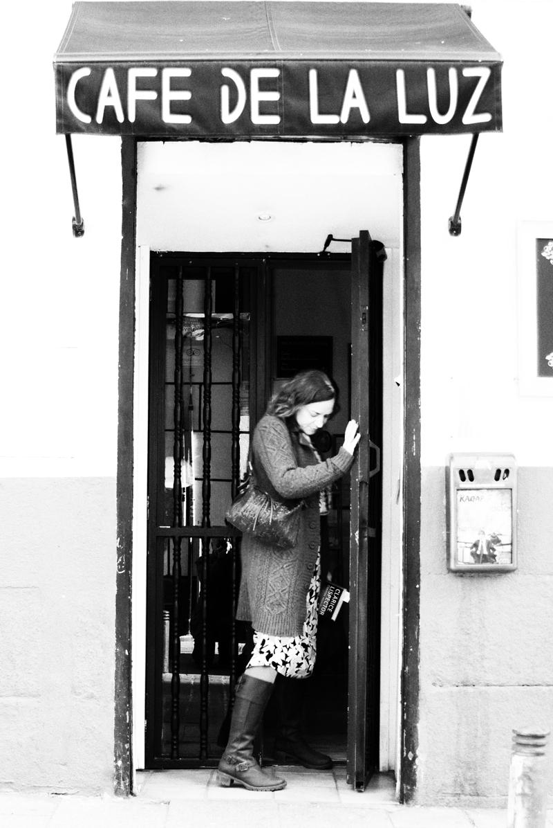 Emma Rodríguez saliendo del Café de la Luz. Madrid. Por Nacho Goberna © 2013