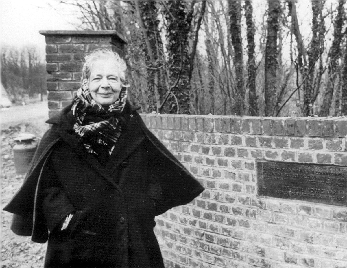 Marguerite Yourcenar en la entrada del parque que lleva su nombre, 15 Diciembre 1980 - © Sam Bellet / La Voix du Nord