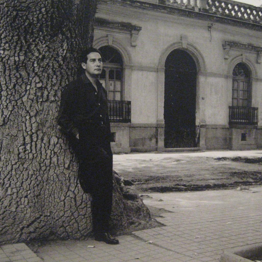 Octavio Paz frente a su casa en Mixcoac.