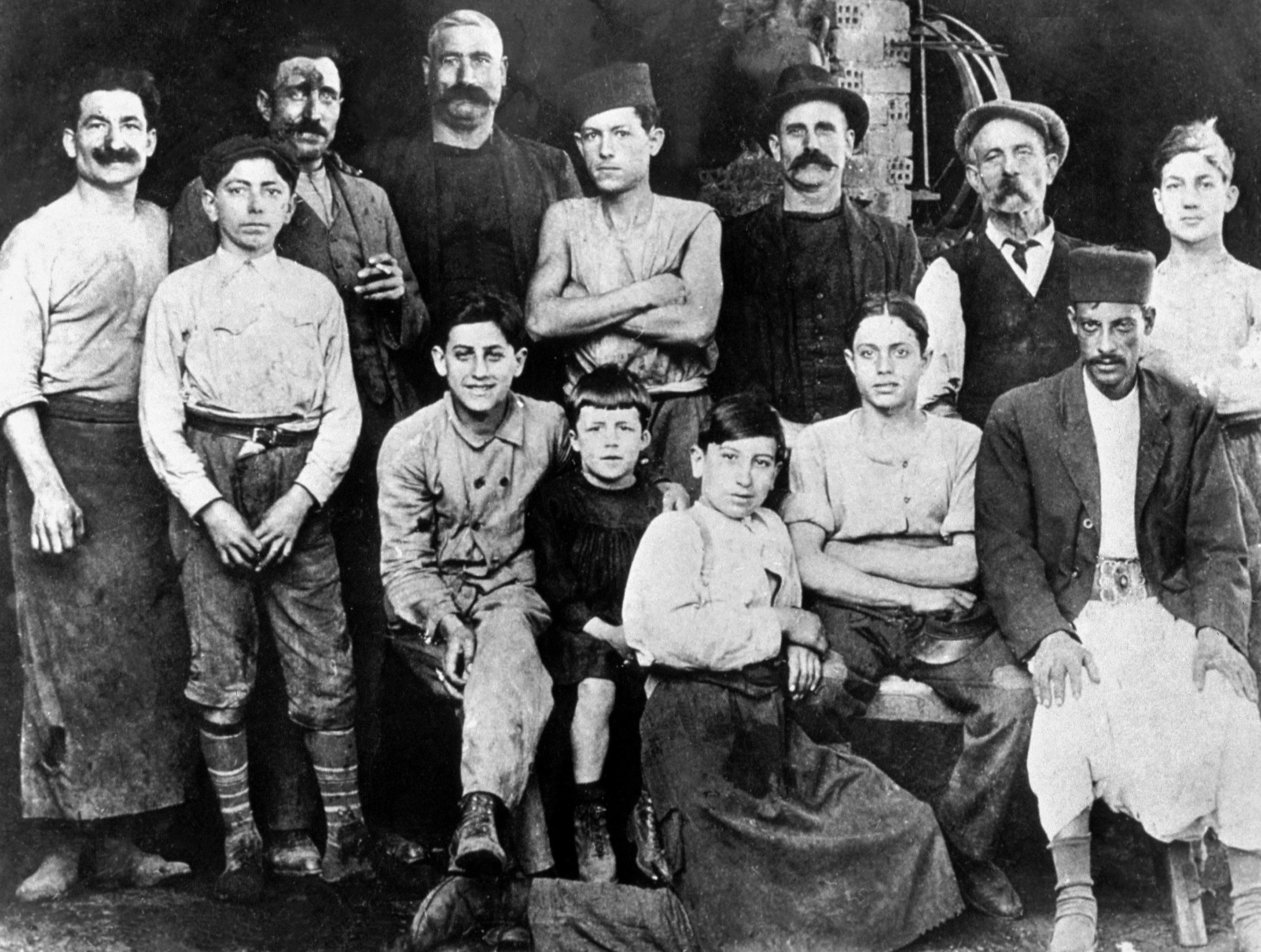 Albert Camus, a los 7 años, en Argelia (es el niño que está en el centro con una camisa negra). Fotografía tomada en 1920 en el taller de su tío Etienne, tonelero.
