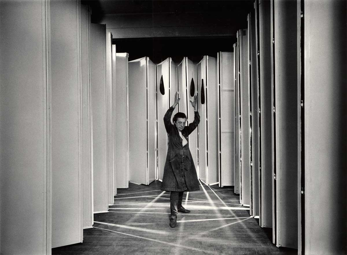 Louise Bourgeois dentro de Guarida Articulada (Articualted Lair) (Col.: MoMA, Nueva York) en 1986 Foto: © Peter Bellamy © The Easton Foundation
