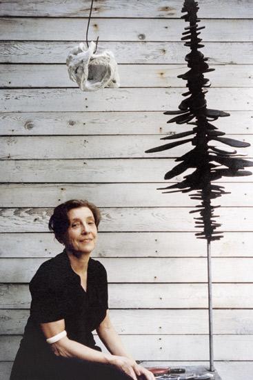 Louise Bourgeois con sus esculturas, 'Mujer voluble' (1951) y 'Guarida' (1962), ca. - Primera exposición individual en once años. Presenta varias obras nuevas en escayola y látex. 1965