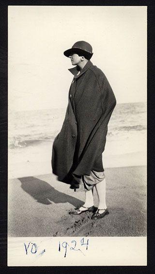 Victoria Ocampo en la playa, en 1924.